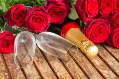 zmrok - czerwone róże z szyją szampan Fotografia Stock