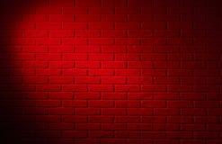 Zmrok - czerwony ściana z cegieł z lekkim skutkiem i cieniem, abstrakcjonistyczny backg fotografia royalty free