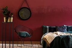 Zmrok - czerwony sypialni wnętrze zdjęcia stock