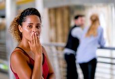 Zmrok dębna skóra mieszająca biegowa kobieta postępuje jak niepokoi lub nieszczęśliwy gdy zakłada jej chłopiec przyjaciela rozmow zdjęcie stock