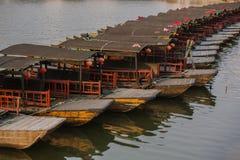Zmrok matowe łodzie przy Jinxi antycznym miasteczkiem Zdjęcia Royalty Free
