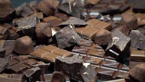 Zmrok, mleko czekolady organicznie kawa?ki, kakaowy proszek lub trufla cukierki na zmroku, betonujemy t?o zbiory