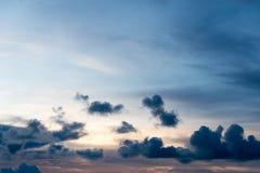 Zmrok - niebieskie niebo i zmrok chmurniejemy w mrocznym czasie Zdjęcie Royalty Free