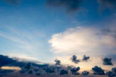 Zmrok - niebieskie niebo i zmrok chmurniejemy w mrocznym czasie Fotografia Royalty Free