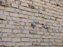 Zmrok - szarość zakrywająca ściana z cegieł z światłem odbija daleko za drzwiach fotografia stock