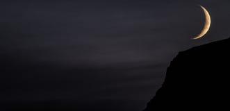 Zmrok - szary niebo z wielką księżyc w kącie fotografia stock
