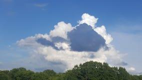 Zmrok vs białe chmury Zdjęcie Stock