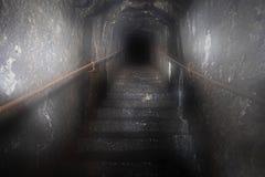 Tajemnica zmrok z tunelu w schody zdjęcia stock