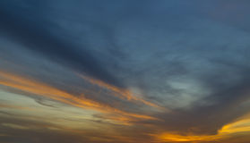 Zmroku - błękitny i jaskrawy pomarańczowy niebo Fotografia Royalty Free