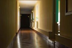 Zmroku długi korytarz w hotelu Obrazy Royalty Free