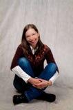 zmroku podłogowej dziewczyny z włosami siedzący ja target3844_0_ zdjęcie stock