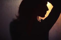 Zmroku profil kobieta na zmierzchu Zdjęcia Stock