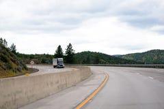 Zmroku semi ciężarówka z przyczepą dostarcza ładunek szerokimi dzielącymi wi Zdjęcia Royalty Free