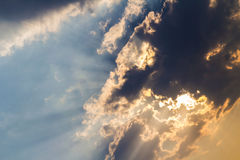 Zmroku sunbeam i chmury fotografia royalty free