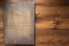 Zmroku znaka deska przy drewnianym tłem obraz stock