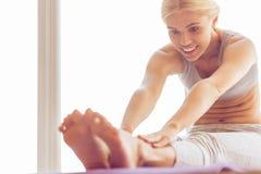 zmusza dziewczynę do jogi piękna obrazy royalty free