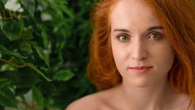 Zmysłowy portret rudzielec kobieta z zielonymi liśćmi fotografia stock