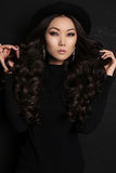 Zmysłowa azjatykcia kobieta z długim ciemnym włosy w czerni sukni Obraz Stock