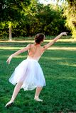 Zmysłowa balerina w naturze fotografia stock