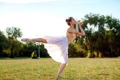 Zmysłowa balerina w naturze zdjęcie stock