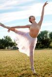 Zmysłowa balerina w naturze zdjęcia royalty free