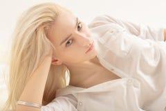 Zmysłowa blond dziewczyna zdjęcie royalty free