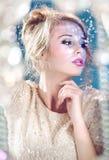 Zmysłowa blond kobieta z płomykowymi cekinami Obrazy Royalty Free