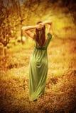 Zmysłowa boginka w jesień ogródzie obrazy royalty free