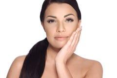 Zmysłowa brunetki kobieta w piękno krótkopędzie Fotografia Royalty Free