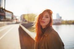 Zmysłowa czerwona z włosami piękna dziewczyna Zdjęcie Royalty Free