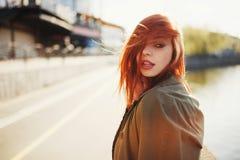 Zmysłowa czerwona z włosami piękna dziewczyna Obrazy Stock