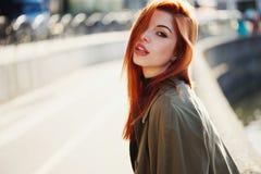 Zmysłowa czerwona z włosami piękna dziewczyna Obraz Stock