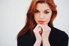 Zmysłowa czerwona z włosami piękna dziewczyna Zdjęcie Stock