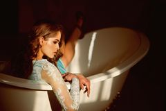 Zmysłowa dziewczyna w wannie zmysłowa dziewczyna mody makeup i relaksuje w łazience piękne zdjęcie royalty free