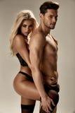 Zmysłowa kobieta ściska jej przystojnego, mięśniowego chłopaka, Zdjęcie Stock