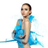 Zmysłowa kobieta i duże farb fala niebieski plusk Zdjęcia Royalty Free