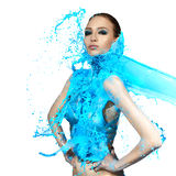 Zmysłowa kobieta i duże farb fala niebieski plusk Zdjęcie Royalty Free