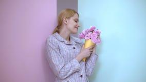 Zmysłowa kobieta obwąchuje bukiet róże Piękna kobieta wdycha woń kwiaty zdjęcie wideo
