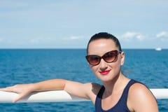 Zmysłowa kobieta relaksuje na seascape w Wielkim pocięgla Cay, Bahamas Zdjęcie Stock