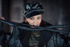 Zmysłowa kobieta w czarnej pelerynie z rzemiennym batem Dama z batem Dziewczyna z rzemiennym batem jako kochanka dla niewolnika zdjęcie stock