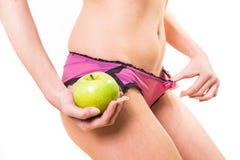 Zmysłowa kobieta z ładnym ciałem i jabłkiem w ręce Zdjęcia Royalty Free