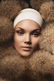 Zmysłowa kobieta z dandelions wokoło twarzy Zdjęcia Stock
