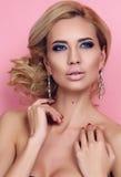 Zmysłowa kobieta z eleganckim fryzury i wieczór makeup obrazy royalty free