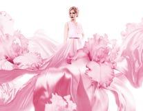 Zmysłowa kobieta z latanie menchii suknią Obrazy Royalty Free