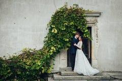 Zmysłowa para małżeńska, valentines ściska przed starym slavi obrazy stock