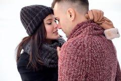Zmysłowa para w miłości całuje outdoors w zimie fotografia stock