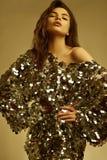 Zmysłowa piękna brunetki kobieta w błyszczącej mody sukni cekiny obrazy royalty free