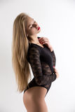 Zmysłowa piękna kobieta pozuje w czarnym bodysuit Obrazy Royalty Free