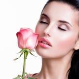 Zmysłowa piękna kobieta z menchii różą zdjęcia stock