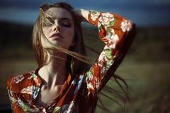 Zmysłowa piękna młoda kobieta z rozwija włosy Obraz Royalty Free